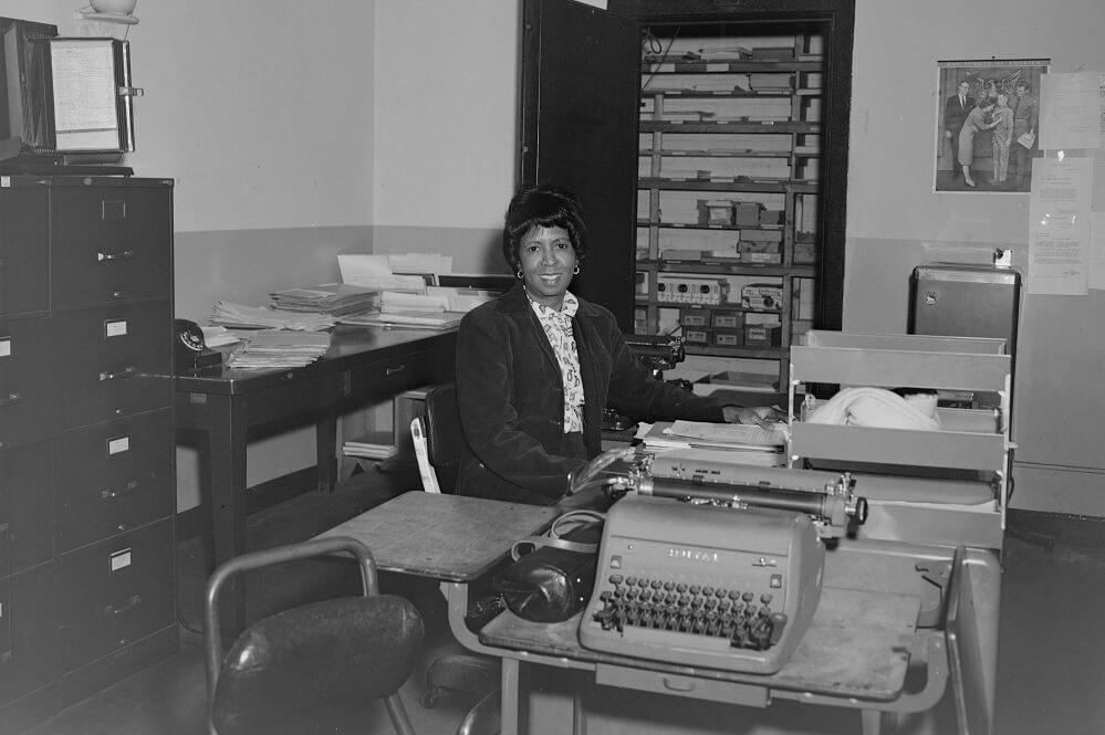 älteres Büromit Schreibmaschine aus den 60ern